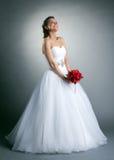 摆在演播室的美丽的亭亭玉立的新娘 免版税库存图片