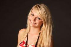 摆在演播室的美丽的白肤金发的女孩 库存照片