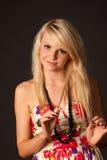 摆在演播室的美丽的白肤金发的女孩 免版税图库摄影