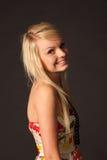 摆在演播室的美丽的白肤金发的女孩 免版税库存照片