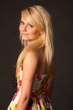 摆在演播室的美丽的白肤金发的女孩 免版税库存图片