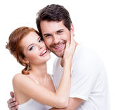 摆在演播室的美好的微笑的夫妇 免版税库存照片