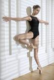 摆在演播室的芭蕾舞女演员 免版税库存图片