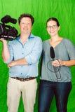 摆在演播室的记者和摄影师乘员组  库存照片