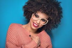 摆在演播室的非裔美国人的女孩 库存照片