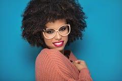 摆在演播室的非裔美国人的女孩 免版税库存图片