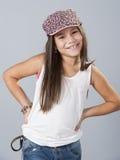 摆在演播室的年轻拉丁美州的女孩 库存图片