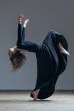摆在演播室的年轻美丽的舞蹈家 免版税库存照片