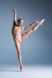 摆在演播室背景的年轻美丽的现代样式舞蹈家 免版税库存图片