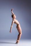 摆在演播室背景的年轻美丽的现代样式舞蹈家 免版税图库摄影