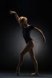 摆在演播室背景的年轻美丽的现代样式舞蹈家 免版税库存照片