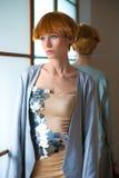 摆在演播室,佩带的时兴的礼服的典雅的美丽的白肤金发的妇女 库存照片