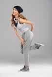 摆在灰色的女性现代舞蹈演员 免版税图库摄影