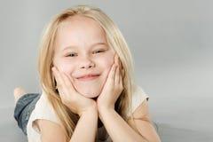 微笑的女孩画象  免版税库存图片