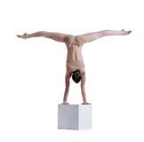 摆在灵活的妇女做在立方体的锻炼 库存图片