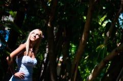 摆在热带树背景的美丽的新娘  图库摄影