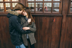 摆在照相机的美好的年轻成人夫妇 免版税库存照片