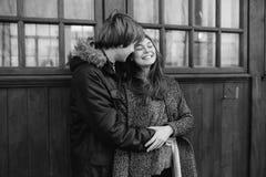 摆在照相机的美好的年轻成人夫妇 库存图片