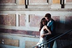 摆在照相机的美好,年轻夫妇户内 免版税库存照片