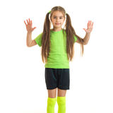 摆在照相机的绿色衬衣的逗人喜爱的小女孩 免版税库存照片
