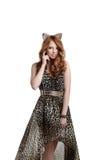 摆在猫女成套装备的迷人的红发女孩 免版税库存图片