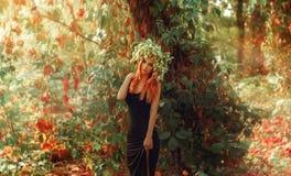 摆在用在头的蛇麻草的秀丽年轻redhair夫人户外 库存图片