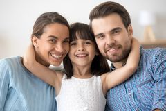 摆在画象的幸福家庭看照相机 免版税图库摄影