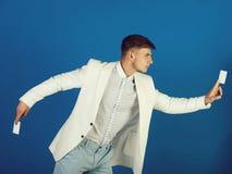 摆在白色夹克、衬衣和裤子的商人 免版税图库摄影