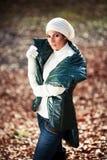 摆在白色的美丽的女孩手套帽子 免版税库存图片