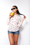 摆在白色背景的演播室的美丽的女孩 饮用的汁液桔子 库存照片