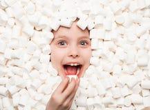 摆在白色蛋白软糖的快乐的孩子 图库摄影