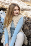 摆在的流行的服装的白肤金发的女孩户外 库存照片