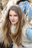 摆在的流行的服装的白肤金发的女孩户外 免版税库存图片