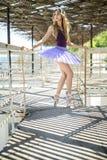 摆在的芭蕾舞女演员户外 库存图片
