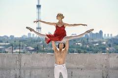 摆在的跳芭蕾舞者户外 库存图片