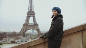 摆在看的时髦的妇女在微笑附近在埃菲尔铁塔附近在巴黎 影视素材