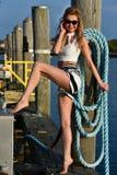 摆在码头的可爱的白肤金发的妇女 库存图片
