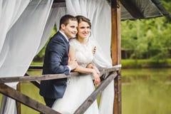 摆在码头的婚礼夫妇 库存图片