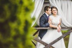 摆在码头的婚礼夫妇 免版税库存照片