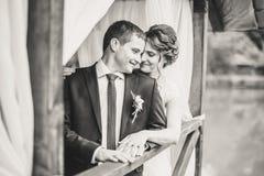 摆在码头的婚礼夫妇 库存照片