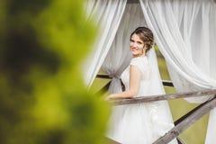 摆在码头的新娘在湖 库存图片