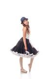 摆在礼服和帽子的俏丽的跳芭蕾舞者 免版税库存照片