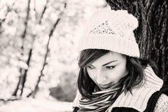 摆在秋天公园、黑色和whi的年轻youful深色的妇女 库存图片