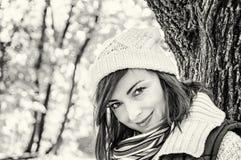 摆在秋天公园的年轻性感的妇女,无色 免版税库存图片