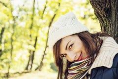摆在秋天公园,季节性时尚的年轻youful妇女 免版税图库摄影