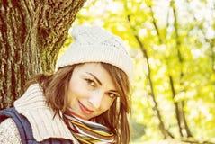 摆在秋天公园,黄色过滤器的年轻性感的妇女 免版税图库摄影