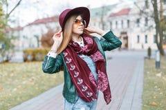 摆在秋天天的美丽的妇女 佩带时兴的s的女孩 图库摄影