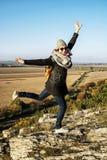 摆在秋天成套装备,黄色过滤器的年轻快乐的妇女 免版税库存照片