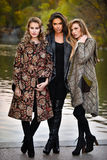 摆在秋天时尚照片写真的中央公园的三个时装模特儿 免版税库存照片