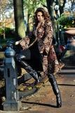 摆在秋天时尚照片写真的中央公园的典雅的深色的模型 免版税图库摄影